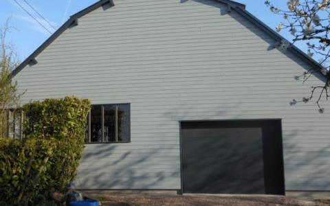 Bardage bois et menuiserie porte de garage - Saint Ouen du Breuil